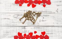 Amor rojo del día de tarjetas del día de San Valentín de llaves de oro de los corazones Fotos de archivo libres de regalías