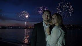 Amor, romance, fogos de artifício e aperto de pares felizes video estoque