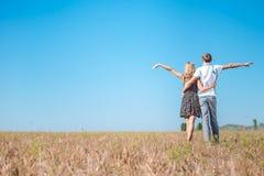 Amor, romance, futuro, férias de verão, e conceito dos povos Fotos de Stock