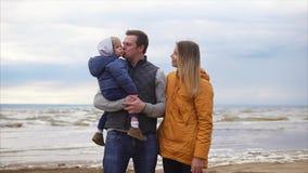 Amor sincero de los padres almacen de metraje de vídeo