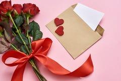 Amor verdadeiro Vista superior do envelope com nota do papel, ramalhete das rosas com fita vermelha imagens de stock