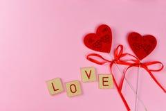 amor vermelho da rotulação dos corações bonitos, em um fundo cor-de-rosa Imagens de Stock Royalty Free