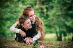 Amor y afecto entre un par joven Fotos de archivo libres de regalías