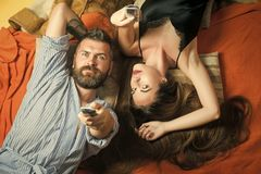 Amor y romance, mañana perfecta El hombre y la mujer barbudos con el pelo largo se consideran teledirigido imagenes de archivo