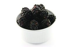 Amoras-pretas em um prato redondo pequeno Imagem de Stock Royalty Free