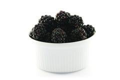 Amoras-pretas em um prato redondo pequeno Fotografia de Stock Royalty Free