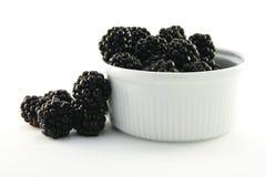 Amoras-pretas em um prato redondo pequeno Foto de Stock Royalty Free