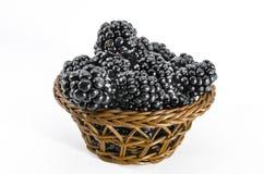 Amoras-pretas frescas na cesta pequena fotos de stock