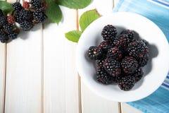 Amoras-pretas frescas na placa na mesa de cozinha Imagens de Stock