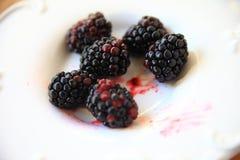 Amoras-pretas frescas suculentas no prato decorativo Fotos de Stock Royalty Free