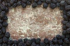 Amoras-pretas maduras em uma tabela de madeira Foto de Stock