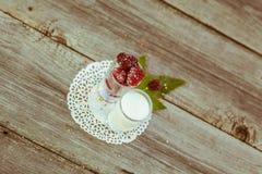 Amoras-pretas na tabela de madeira Foto de Stock