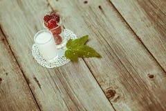 Amoras-pretas na tabela de madeira Fotografia de Stock