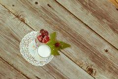 Amoras-pretas na tabela de madeira Imagens de Stock Royalty Free
