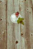 Amoras-pretas na tabela de madeira Imagem de Stock Royalty Free