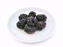 Amoras-pretas no prato branco Imagens de Stock