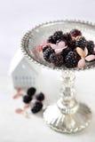Amoras-pretas no prato de serviço Imagem de Stock Royalty Free