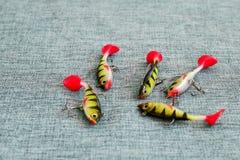 Amorce de silicone Tornades sur le fond de la toile de jute Attraits avec les crochets triples sous forme de petite perche Images stock