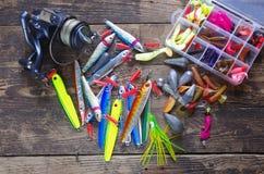 Amorce et bobine de pêche à la ligne en métal Photographie stock libre de droits