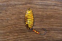 Amorce jaune pour la pêche de truite sur la vieille table en bois Image libre de droits