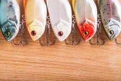 Amorce pour la pêche - wobbler sur le bois léger Photographie stock libre de droits