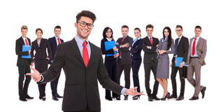 Amorce souhaitant la bienvenue à son équipe réussie d'affaires Image stock