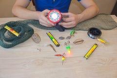 Amorce, wobbler et accessoires de pêche sur la table photos stock