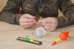 Amorce, wobbler et accessoires de pêche sur la table images libres de droits