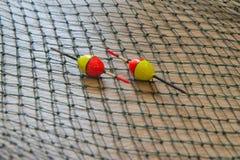 Amorce, wobbler et accessoires de pêche sur un fond de filet de pêche photo stock