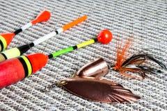Amorce, wobbler et accessoires de pêche sur un fond net Image libre de droits