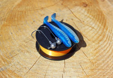 Amorces artificielles, hameçons et ligne de pêche Photos stock