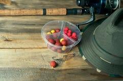 Amorces, canne à pêche et chapeau Photo libre de droits