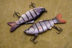 Amorces pour pêcher sur un fond de bâche Wobblers composés de pêche Images stock
