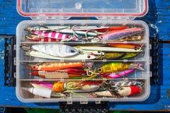 Amorcez le gabarit pour pêcher pour le poisson de mer sur la boîte en plastique sur le bois bleu Photographie stock libre de droits