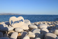 Amoreâ écrit sur la pierre en forme de coeur Photo libre de droits