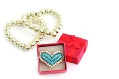 Amore Anello sotto forma di cuore con i gioielli e un contenitore di regalo vicino immagine stock libera da diritti