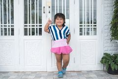 Amore che asiatico adorabile di invio della ragazza firmate davanti al bianco immagine stock libera da diritti