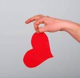 Amore che della tenuta della mano dell'uomo cardate Immagine Stock Libera da Diritti