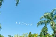 Amore in cielo che è fatto in aeroplano immagini stock
