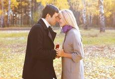 Amore, coppie, relazione e concetto di impegno - equipaggi la proposta Fotografia Stock Libera da Diritti