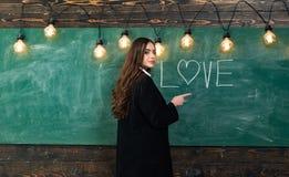 Amore degli studenti Ritratto dell'adolescente della ragazza nell'amore Giovane adolescente sveglio in aula alla lavagna Giovane  immagine stock