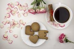 Amore dei biscotti e del caffè, petali rosa romantici fotografia stock