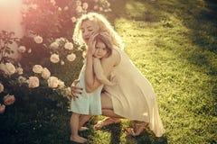 Amore del `s della madre Amore e cura della famiglia fotografia stock