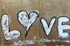 Amore dell'iscrizione su un muro di cemento Fotografia Stock