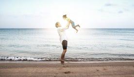 Amore della famiglia che cammina sull'oceano Fotografia Stock Libera da Diritti