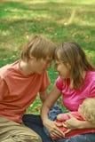 Amore della famiglia in natura di estate Fotografia Stock