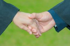 Amore della mano della tenuta della mano, sesso, biglietto di S. Valentino, simbolo di nozze immagine stock