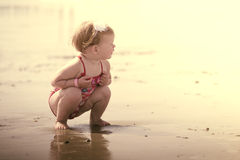 Amore della sorella e del fratello alla spiaggia immagine stock libera da diritti