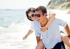 Amore della spiaggia delle coppie Immagine Stock