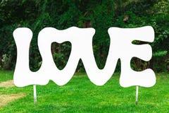 Amore di legno d'annata dell'iscrizione nel giardino Immagini Stock
